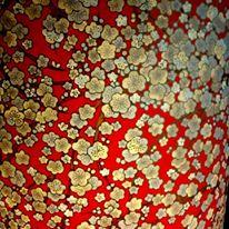 Lampe papier japonais fleurs de pruniers beiges sur fond rouge
