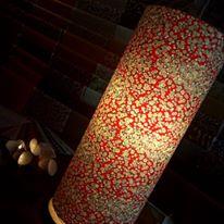 Lampe papier japonais motifs beige sur fond rouge orange agnes clairand