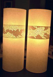 Lampe tube à poser papier japonais et dentelle de papier