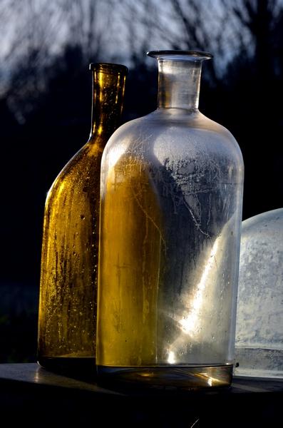 Lumières dans des bouteilles au jardin.