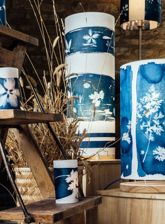 Lampes en cyanotype au salon